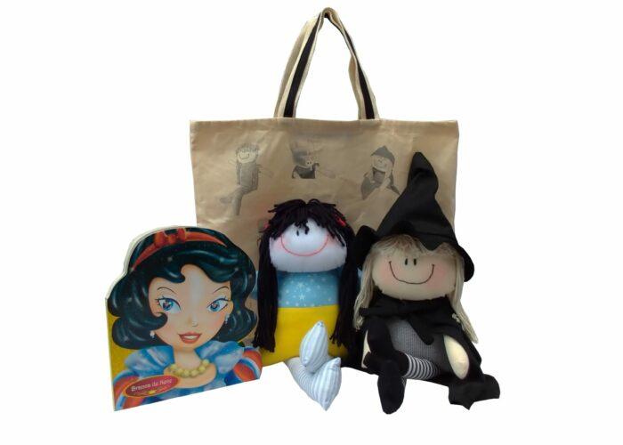 """imagem com boneca de pano representando a branca de neve e boneca de pano representando bruxinha. Livro da história """"a branca de neve e os sete anões"""" e ecobag da coleção"""